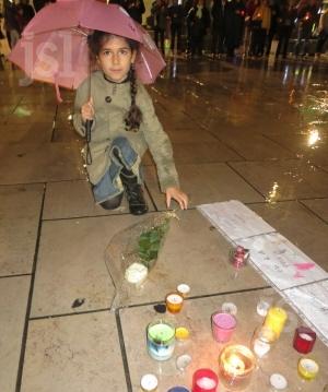 des-bougies-des-dessin des-fleurs-ont-ete-deposes-en-hommage-aux-victimes-photo-a-g-(clp)-1448124766